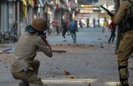 مقبوضہ کشمیر مسلسل 14 ویں روز بھی کرفیو اور دیگر سخت پابندیاں نافذ احتجاجی مظاہرین پربھارتی فورسز کی فائرنگ سے ایک شہید ، متعدد زخمی