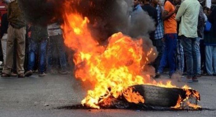 بھارت میں پر تشدد احتجاج، ریلوے سٹیشنوں کو آگ لگا دی گئی