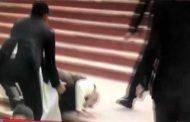 بھارتی وزیراعظم نریندر مودی سیڑھیاں چڑھتے منہ کے بل گر گئے