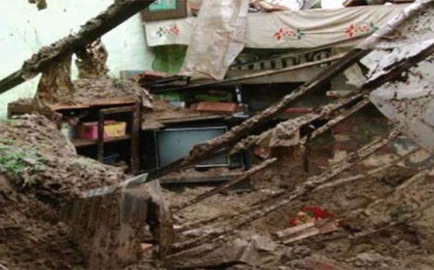 سکھر: بارش سے بوسیدہ مکان کی چھت گر گئی، ایک بچی جاں بحق، 8 افراد زخمی