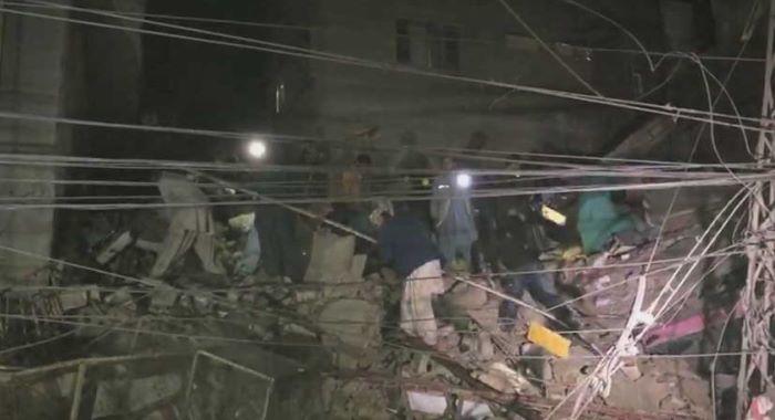 سکھر : عمارت گرنے سے کئی افراد ملبے تلے دب گئے، بچے سمیت 2 افراد جاں بحق
