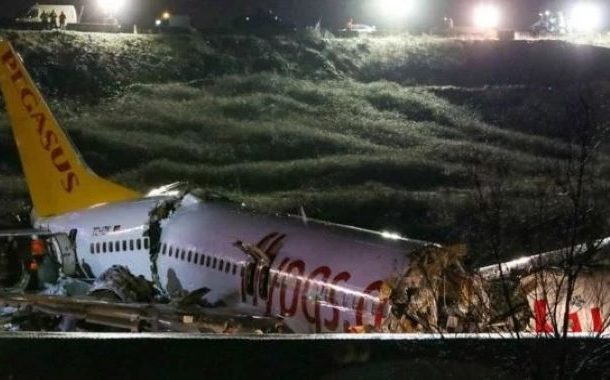 استنبول:طیارہ اترتے ہوئے رن وے پر پھسل کرتین حصوں میں تقسیم،120مسافر زخمی