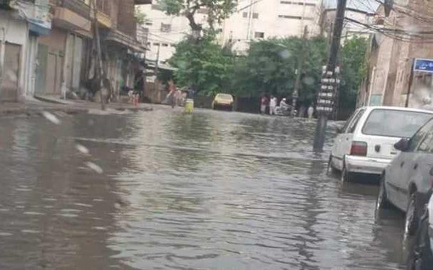 پشاور میں موسم گرما کی پہلی بارش, سڑکیں تالاب کا منظر پیش کرنے لگیں