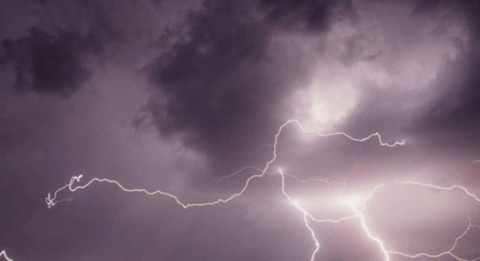 کراچی میں بارش سے تباہی، آسمانی بجلی گرنے سے 7، اوردیگر واقعات میں 8 جاں بحق